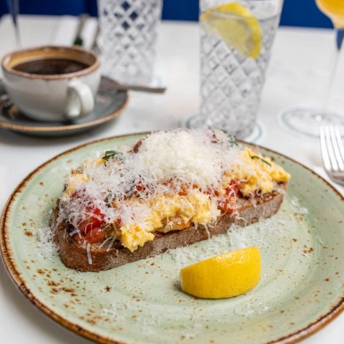 scrambled eggs with lemon wedge